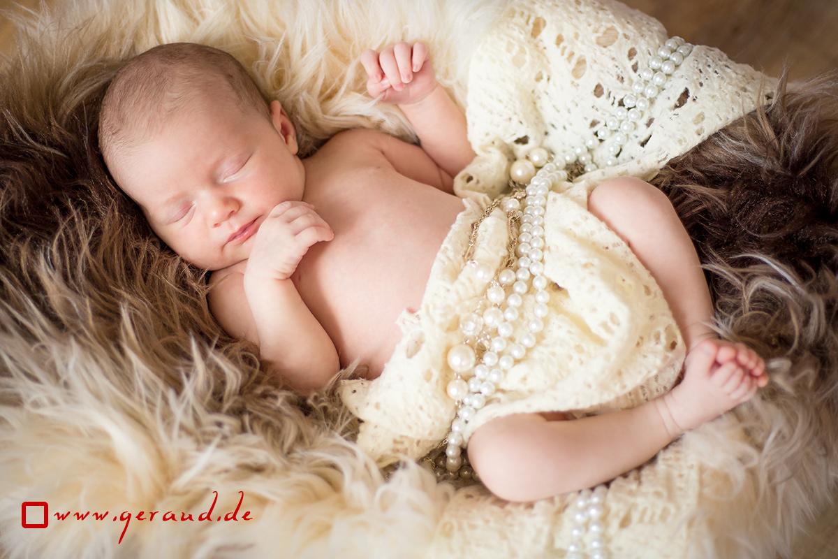 Babyfotos Meiningen Newborn Kunstfell