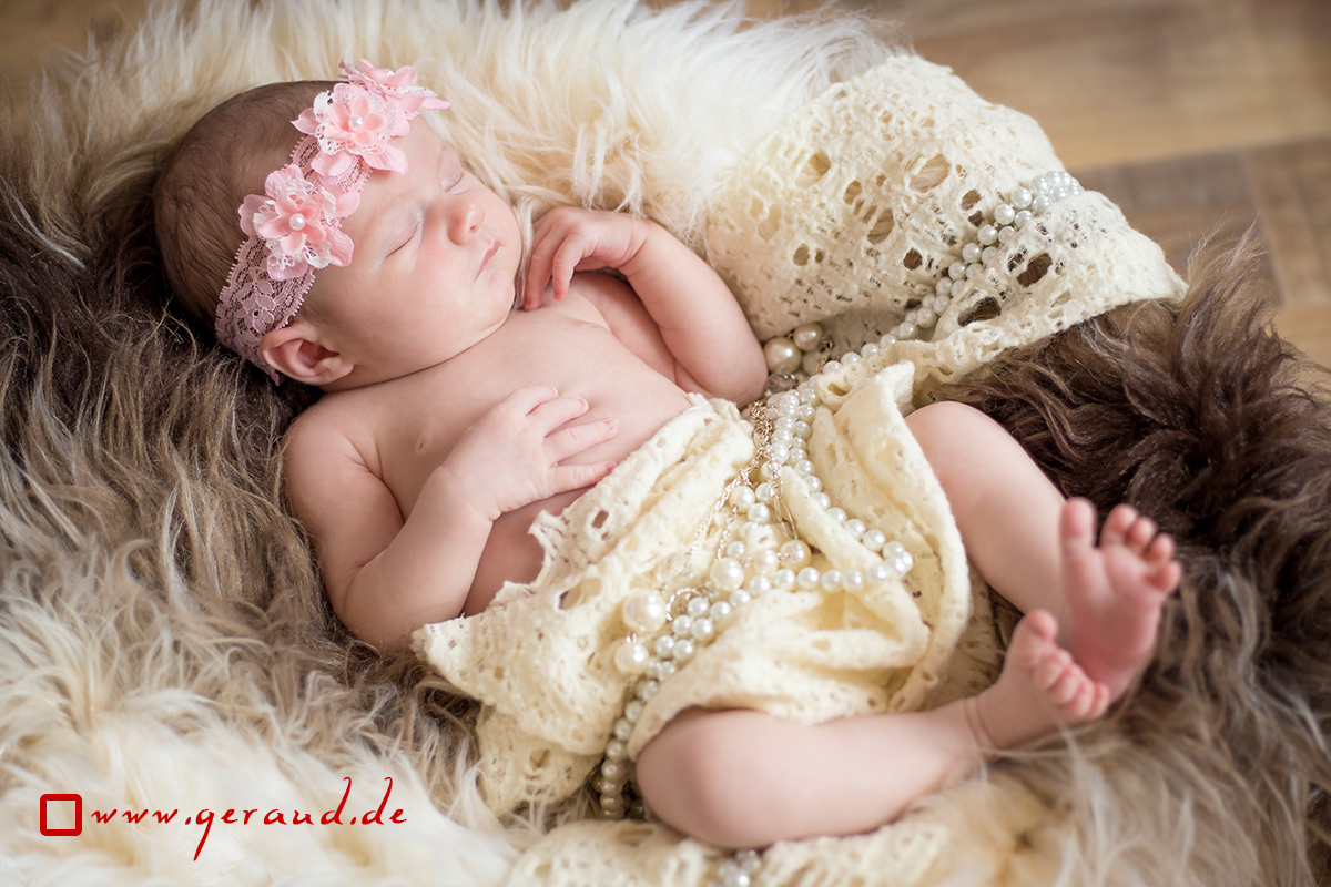 Babyfotos Meiningen Newborn auf einem Kunstfell