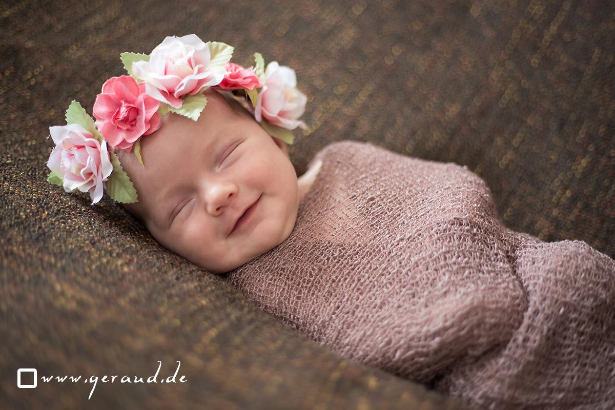 Babyfotos Meiningen Newborn mit Pucktuch und Blumen